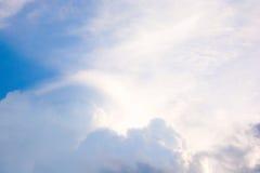 Le ciel de ciel opacifie le fond de nature Image stock