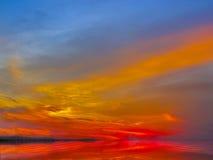 Le ciel de coucher du soleil de couleurs multiples profondes a dispersé des rayons des lumières Images libres de droits