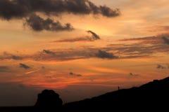 Le ciel de lever de soleil de roches opacifie l'orange Image stock