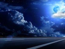 Le ciel de lune opacifie la route Photos stock