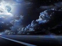 Le ciel de lune opacifie la route Image libre de droits