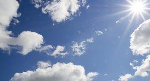 Le ciel de photos avec des nuages et la lentille évasent - l'image courante Image stock