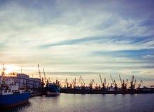Le ciel de soirée au-dessus du port de charge Photo stock