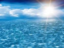 Le ciel de Sun opacifie la mer Photographie stock libre de droits