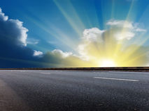 Le ciel de Sun opacifie la route Photographie stock libre de droits