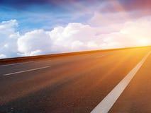 Le ciel de Sun opacifie la route Photo libre de droits