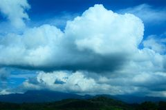 Le ciel embrasse la terre photo libre de droits