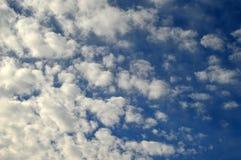 Le ciel est bleu saturé avec les nuages pelucheux photo stock