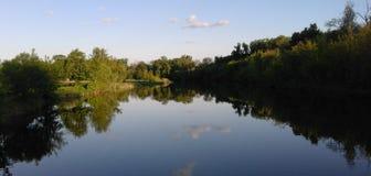 le ciel est reflété en rivière Image libre de droits