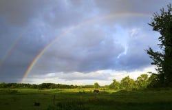 Le ciel et l'arc-en-ciel après orage au-dessus d'un pays large aménagent en parc Image libre de droits