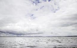 Le ciel et l'eau est nuageux Image stock