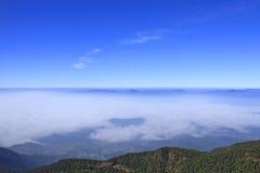 Le ciel et le brouillard de matin sur la montagne Photo stock