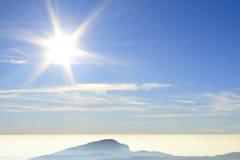 Le ciel et le brouillard de matin sur la montagne Photographie stock libre de droits