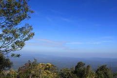Le ciel et les montagnes. Images stock