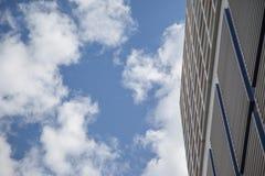 Le ciel et les nuages dans les fenêtres d'un bâtiment Image libre de droits
