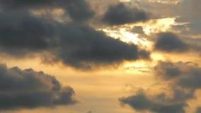 Le ciel et le nuage de coucher du soleil aménagent le clip en parc vidéo de longueur de laps de temps de mouvement banque de vidéos