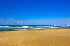 Le ciel la mer le sable et personne photographie stock libre de droits
