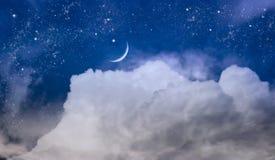 Le ciel la nuit avec des étoiles Lune neuve Fond de Ramadan Images libres de droits