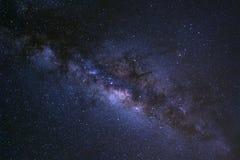 Le ciel nocturne étoilé, la galaxie de manière laiteuse avec des étoiles et l'espace époussettent dedans images libres de droits