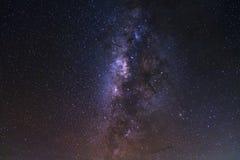 Le ciel nocturne étoilé, la galaxie de manière laiteuse avec des étoiles et l'espace époussettent dedans photographie stock libre de droits