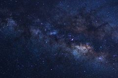Le ciel nocturne étoilé, la galaxie de manière laiteuse avec des étoiles et l'espace époussettent dedans images stock