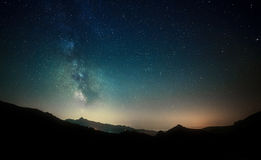 Le ciel nocturne se tient le premier rôle avec la manière laiteuse sur le fond de montagne photographie stock libre de droits