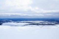 Le ciel nuageux et la montagne d'hiver aménagent en parc au-dessus du cercle arctique Photo stock