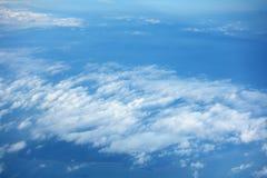 Le ciel nuageux et le ciel clair bleu opacifie le fond, vue supérieure aérienne Image stock