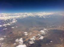 Le ciel opacifie l'apesanteur d'espace extra-atmosphérique de montagnes Photographie stock