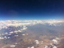 Le ciel opacifie l'apesanteur d'espace extra-atmosphérique de montagnes image stock