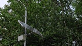 Le ciel opacifie le panneau solaire banque de vidéos