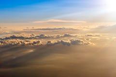 Le ciel orange et bleu coloré au-dessus des nuages Photographie stock libre de droits