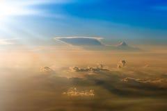Le ciel orange et bleu coloré au-dessus des nuages Image stock