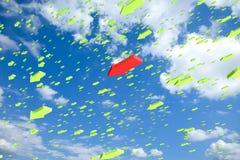 Le ciel a rempli de flèches de vol avec une OU debout Photo stock