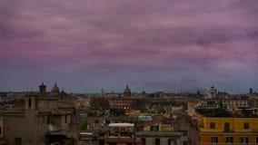 Le ciel remplit d'un million d'étourneaux effarante Décembre à Rome photo stock