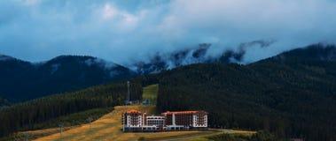 Le ciel tombe doucement sur les montagnes Photographie stock libre de droits