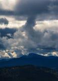 Le ciel tombe doucement sur les montagnes Images libres de droits