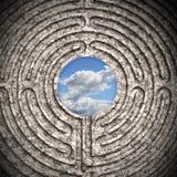 Le ciel vu par un labyrinthe a découpé dans la pierre Photo libre de droits
