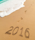 le cifre da 2016 nuovi anni scritte sulla sabbia della spiaggia Immagine Stock Libera da Diritti