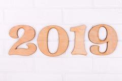 Le cifre di legno numerano del nuovo anno 2019 su fondo bianco fotografia stock libera da diritti
