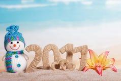 Le cifre 2017 ed i cuori si sono intrecciate con cordicella, pupazzo di neve, fiore immagine stock