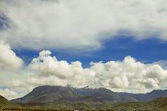 Le cime delle montagne nell'ambito di bello volume si appanna Fotografie Stock Libere da Diritti