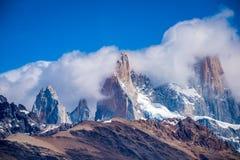 Le cime delle montagne rocciose sono immerse in nuvole Shevelev immagini stock libere da diritti