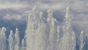 Le cime di grande fontana di dancing scaturisce zampillando verso l'alto archivi video