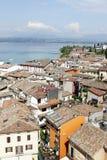 Le cime piastrellate del tetto di Sermione sulla polizia del lago, Italia del Nord. Fotografia Stock