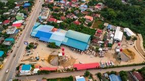 Le ciment concret de chantier de construction d'affaires de vue aérienne et équipent Images libres de droits