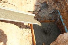 Le ciment mélangé est fait de poteaux photo stock