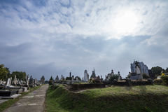 Le cimetière catholique de Subotica, en Serbie, à la frontière hongroise, dans la lumière un jour nuageux, des tombes et des tomb Image libre de droits