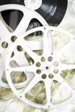 Le cinéma de film tournoie sur la verticale de film déroulée 35 par millimètres Photo libre de droits