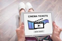 Le cinéma en ligne étiquette le concept de réservation sur un comprimé photos libres de droits